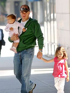 Matt Damon and daughters. so stinking cute.