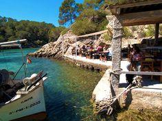 Wil je echt iets unieks, dan rij je richting Cala Mastella (San Juan) in het noorden van Ibiza, waar restaurant El Bigotes zit. Fantastisch! Het eten, de locatie, de mensen! Het ligt tussen de rotsen aan een klein strand en lijkt te drijven op een paar vlonders. Reserveren is een must, want ook al lijkt dit tentje nog zo afgelegen, het zit elke dag tjokvol.