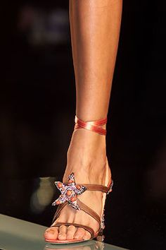 Valentino Spring 2002 Ready-to-Wear Fashion Show Details