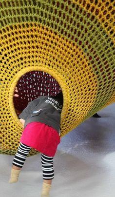 L'artiste et designer japonaise Toshiko Horiuchi-MacAdam (basée au Canada, internationalement connue pour son travail artistique des fibres textiles) a entièrement réalisé au crochet une aire de jeux pour les jeunes enfants de la ville de Sapporo.