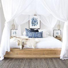 cama de madera natural con dosel en lino
