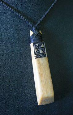 Viking Jewelry, Wooden Jewelry, Jewelry Design Earrings, Pendant Jewelry, Dremel Carving, Polynesian Art, Bone Crafts, Maori Designs, Wood Necklace