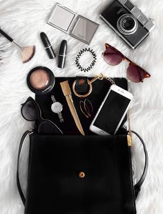 Source by flatlay What In My Bag, What's In Your Bag, Flat Lay Photography, Fashion Photography, Photography Ideas, My Bags, Purses And Bags, Inside My Bag, Flat Lay Inspiration