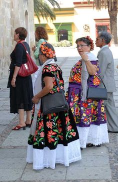 The women are dressed in magnificent costumes from the Juchitan region of the Tehuantepec istmo Mexican Costume, Mexican Outfit, Mexican Dresses, Mexican Clothing, Traditional Mexican Dress, Traditional Outfits, First Communion, Beautiful Hands, Mexico