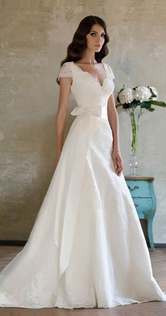 Scalloped lace wedding dress
