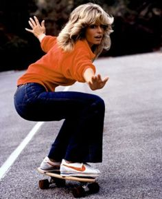 Farrah Fawcett (in denim flares and Nike classics on a skateboard) The Lady Loves Couture, Love Couture, 70s Outfits, Denim Outfits, Rave Outfits, Summer Outfits, 1970 Style, Mode Hippie, Denim Fashion