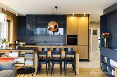 MIESZKANIE W TORUNIU | Atmosferic świetna kuchnia, drewno w kuchni i lakierowane meble