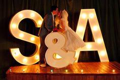 20 manieren om je voorletters te verwerken tijdens je bruiloft. Deze is echt leuk. Gezien op: http://www.weddingbells.ca/planning/wedding-decor/20-modern-monogram-ideas-that-will-really-wow-your-guests/attachment/modern-monograms-big-lights/