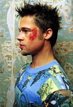 Brad Pitt em Clube da Luta tinha um físico bem definido e muscular. Saiba como ele treinou e se alimentou para entrar em forma para o filme Clube da Luta...