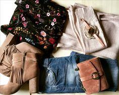 Blümchen-Bluse mit Strickjacke und Stiefeletten