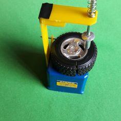 Miniatura máquina troca pneu. Escala 1/18.