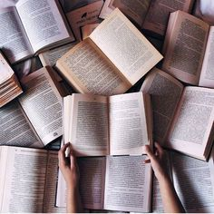 Картинки через We Heart It #books #cozy #hands #home #read #smart