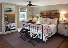 meubles en fer forgé, tête de lit en bois de grange et tapis jonc de mer
