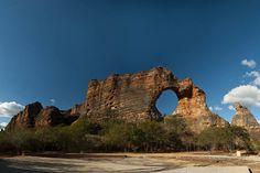 Pedra Furada, Parque Nacional da Serra da Capivara - Piauí, Brasil. (stone pierced, Serra da Capivara National Park - Piauí, Brazil)