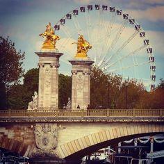 """Essa foto a gente tirou deitado na espreguiçadeira que fica às margens do Rio Sena... Naquele momento não queria mais nada na vida só ficar ali vendo esse horizonte e viajando nos meus pensamentos... """"como essas colunas dessa ponte são tão antigas e representam tanta história e essa roda que gira sem parar o que representa?"""" ... Só consegui pensar nas frases que de vez em quando leio por aí """"O MUNDO DÁ VOLTAS"""" ... Viajei? Sim com certeza...  #deboa #atoa #ocio #divagando #devaneios #paris…"""