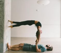 yoga walking up the wall - gravity - acrobatics - circus - partner yoga, dance, acro yoga Couples Yoga Poses, Acro Yoga Poses, Partner Yoga Poses, Yoga For Two, Yoga Poses For Two, Ashtanga Yoga, Yoga Inspiration, Paar Workout, Yoga Mode