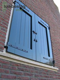 vensterluiken met maco luiksluiting zie ook www.houtenluiken.nl