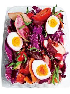 ゆで卵もビーツのゆで汁に漬けてピンクに染めて世界観を完成させて。 『ELLE a table』はおしゃれで簡単なレシピが満載!