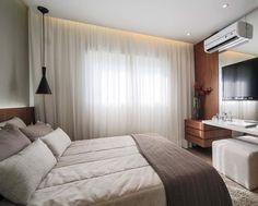 """809 curtidas, 12 comentários - Claudia Albertini - Arquiteta (@claudiaalbertiniarquitetura) no Instagram: """"Couple's bedroom   Suíte Master com cabeceira em madeira iluminada, projetando luz sobre a parede…"""""""