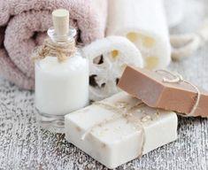 Con leche de cabra puedes hacer en casa un jabón casero ideal para cuidar la piel y limpiarla de forma totalmente natural. Descubre qué ingredientes necesitas y los pasos a seguir.