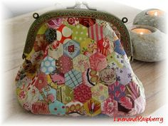 Linen and Raspberry: Lifes Treadmill quilted change purse/makeup bag Patchwork Bags, Quilted Bag, Frame Purse, Fabric Purses, Hexagon Quilt, Quilting Projects, Quilting Ideas, Sewing Projects, English Paper Piecing