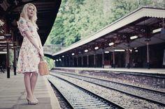 Partir en voyage (ou faire semble) - faire du pouce sur un chemin de fer? - touche d'humour...