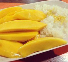 Sticky rice met mango. Lekker zoet. De suiker kan wel weg, hoewel onze mango's nooit zo lekker zullen zijn als die in Thailand. Je moet wel de rijst minimaal 6uur laten weken en daarna een half uur in bamboe laten stomen.