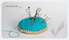 Free pattern with step by step photos. Crochet pin cushion. Free tutorial by Paso a Paso Crafts.