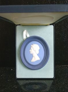 LE Wedgwood TriColor Sillver Anniversary of HM Queen Elizabeth II Portrait Cameo #Wedgewood