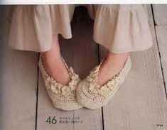 very cute slippers with flower border Crochet Slipper Boots, Crochet Shoes, Slipper Socks, Crochet Slippers, Crochet Fall, Love Crochet, Knit Crochet, Cute Fashion, Kids Fashion