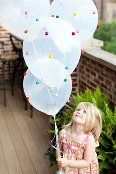 How adorable are these DIY pom pom balloons?!