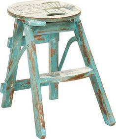 <p>Ein schicker Hingucker im Shabby-Chic ist dieser praktische Klapphocker in Blau und Weiß. Der ca. 30 x 43 x 30 cm (B x H x T) große Hocker aus Tannenholz besticht durch seine handbemalte und liebevoll verzierte Oberfläche im Vintage-Stil und ist eine nützliche Ergänzung für viele Wohnbereiche. Ob als zusätzliche Sitzgelegenheit oder als flexibler Beistelltisch - dieser Klapphocker ist immer gern gesehen.