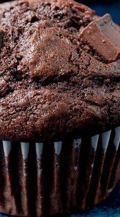 These homemade chocolate muffins are moist and hearty. They have beautiful domed tops, intense in chocolate flavor, and super quick and easy to make! Baking Recipes, Cake Recipes, Dessert Recipes, Chili Recipes, Pate A Muffins, Mini Muffins, Bakery Muffins, Double Chocolate Chip Muffins, Moist Chocolate Chip Muffins