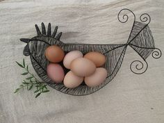 Slepice - košík nejen na vajíčka Copper Wire Art, Chickens And Roosters, Wire Frame, Bird Cages, Chicken Wire, Wire Crafts, Wire Work, Twine, Easter Eggs