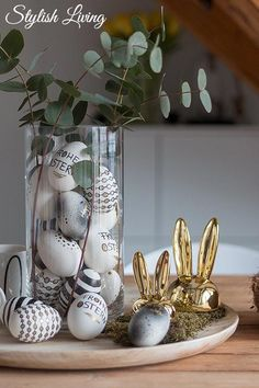 Easter eggs in black, white and gold look Stylish living- Ostereier im Schwarz-Weiß-Gold-Look Easter Table, Easter Eggs, Easter Party, Decoration Table, Decoration Bedroom, Easy Paintings, Easter Crafts, Easter Decor, Easter Ideas