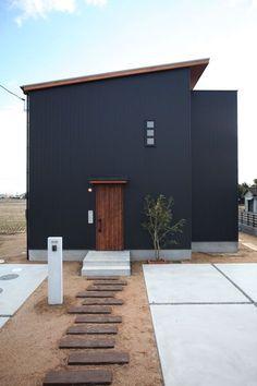 ご主人の希望で実現した黒いガルバリウムのすっきりとした外観。破風に木をつかうことで、モダンな中にも温かみを感じるデザインに仕上がりました。 #外観 #ゼスト倉敷 #カフェ風インテリア #お庭 #外構 #デザイン住宅 #外壁 #玄関 #シンプルモダン #設計 #architecture #homedesign #木造住宅 #インテリアショップとつくる家 #倉敷 #設計事務所 #シンプル #新築一戸建て #注文住宅 #ガルバリウム