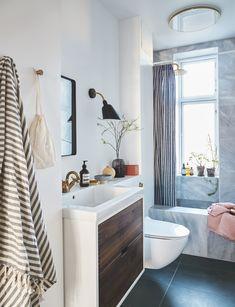 Sådan forvandlede stylisten sit 3 kvm lille badeværelse til en skøn spa-oase Bathroom Spa, White Bathroom, Small Bathroom, Bad Inspiration, Bathroom Inspiration, Bathroom Furniture, Bathroom Interior, Timeless Bathroom, Small Toilet