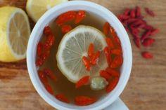 La tisana al limone e bacche di goji è una bevanda sana e naturale, perfetta da preparare in casa per fare il pieno di energia.