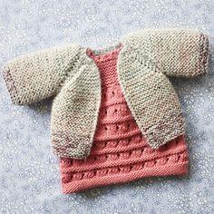 Dukkens Fin Kjole Og Rillejakke Grundet den store efterspørgsel der har v. Crochet Dolls, Knit Crochet, Doll Patterns, Knitting Patterns, Girl Dolls, Baby Dolls, Knitting Dolls Clothes, Little Cotton Rabbits, Baby Born