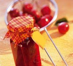 Zimt, Nelken und Orangenschale geben diesem Fruchtaufstrich aus Sauerkirschen die besondere winterliche Note - im Handumdrehen gezaubert ohne zu kochen!