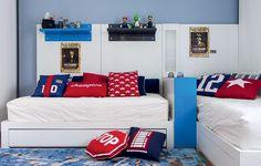 No quarto de Theo e Cayo, de 9 e 6 anos, as camas foram encostadas na parede, formando um L para facilitar a circula��o e deixar o espa�o central livre para brincadeiras. Projeto do arquiteto Toninho Noronha