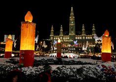 Veja os melhores lugares para comemorar Natal. VIENA, ÁUSTRIA O mercado principal de Viena no Natal é um dos mais famosos da Europa, datando do século XIII e sendo apenas um dos tantos motivos para se visitar a cidade