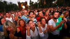 ... y la posterior tristeza tan solo 8 segundos después, cuando Puigdemont anunciaba la suspensión de la independencia./  I. Alvarado (Reuters)