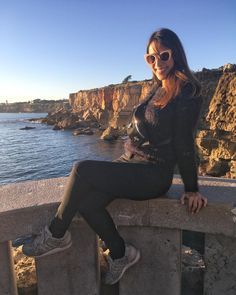 """Eu sei q vcs votaram """"não"""" para #pochete mas como adoro uma ousadia comprei msm assim. E digo: é libertador não quero mais nada da vida!  my new #funnypack  what do you think about it? . . . #Lookdaluli  #lookdodia #vemparaportugal #ootd #lisbon #lisboa #portugal #look #lotd #fashion #fblogger #moda #fastfashion #fall #autumn #travelblogger  #sea #bluesky #sweater #brunette #cascais #bocadoinferno"""