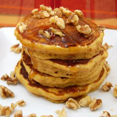 Fluffy pumpkin pancakes packed with pureed pumpkin, yum! Pumpkin Recipes, Fall Recipes, Pecan Recipes, Yummy Recipes, Baking Recipes, Dinner Recipes, Zack E Cody, Pumpkin Pancakes, Pecan Pancakes