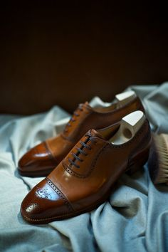 Interesting Brogues Model Brogued Cap Toe Adelaide in 604 Tan Crust Saint Crispin for The Armoury Especially for KS Men Dress, Dress Shoes, Derby, Gentleman Shoes, Men S Shoes, Luxury Shoes, Well Dressed Men, Brogues, Shoe Collection