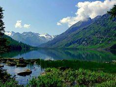 Озеро Байкал - озеро тектонического происхождения, расположенное в южной части Восточной Сибири. Самое глубокое озеро на планете. Крупнейший природный резервуар пресной воды. Местные жители традиционно называют Байкал морем.