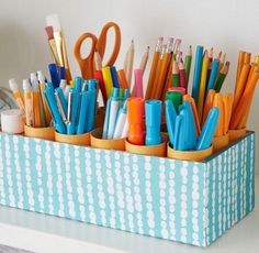 1 caixa de sapatos + Rolos encapados de papel higiênico e os lápis e canetas da casa ficam organizados!!! (By DicasPratik)