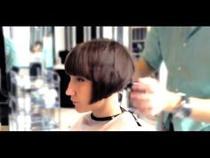 Not a Shingle Bob at the nape, but the graduated layered cut is insanely nice a very nice to see the cutting process too. Very Short Hair, Short Hair Cuts, Short Hair Styles, Hair Cutting Videos, Hair Videos, Bobs Video, Blonde Pixie Hair, French Bob, Shaved Nape