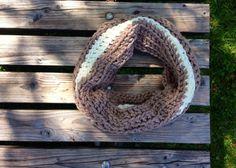 Zit er lekker warmpjes bij met deze unieke hand gehaakte colsjaal.   De sjaal is gehaakt van scheepjeswol. Cowl scarf Hans crochet